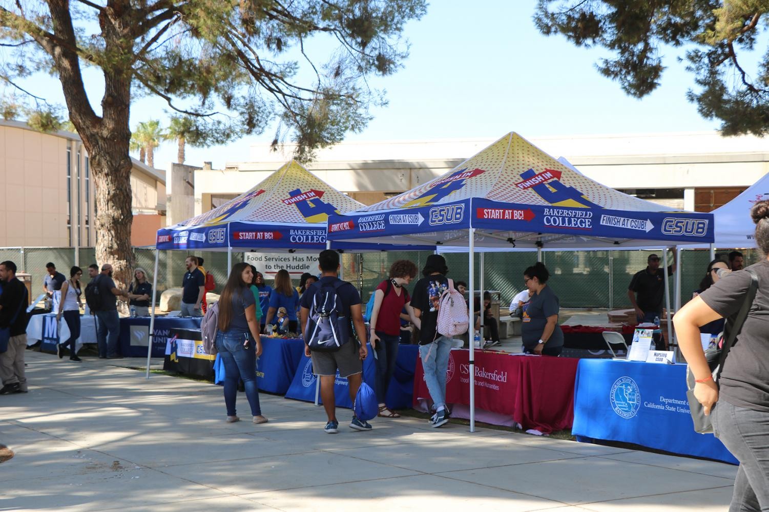 Bakersfield College students speaking with representatives from various universities including CSUB at the huddle on Sep.9.